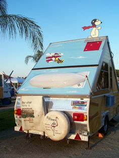 Aliner w/ a cool custom paint job. Check out the cabin theme on the door entrance side. Alto Camper, Tiny Camper, Popup Camper, Camping Glamping, Camping Life, Camping Hacks, Outdoor Camping, Vans Vintage, Vintage Rv
