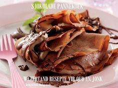 The only way to eat pancakes – dripping with rich, melted chocolate! Gourmet Recipes, Dessert Recipes, Cooking Recipes, Desserts, Pannekoeken Recipe, Cinnabon Cinnamon Rolls, Crepes And Waffles, Chocolate Pancakes, Melting Chocolate