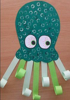 lavoretto per bambini, dei cartoncini colorati e decorati possono trasformarsi in una grande piovra