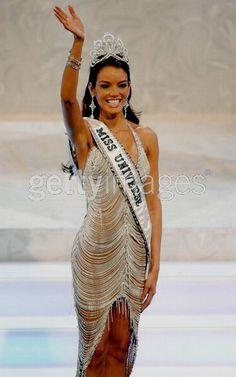 Miss Puerto Rico Zuleyka Rivera Mendoza. Crowned Miss Universe at the age of Zuleyka Rivera Miss Universe, Miss Universe 2006, Pageant Pictures, Miss Puerto Rico, Miss Usa, Miss America, Beauty Pageant, Dark Beauty, Red Carpet Dresses