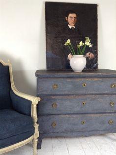 Gustavian chest & French chair at Anton & K Cotsworld Swedish Decor, Swedish Style, Swedish Design, Scandinavian Design, French Interior, French Decor, Shabby Chic Furniture, Painted Furniture, Modern Furniture