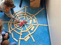 Spin die het te druk had: web maken van blokken, houtjes of ander materiaal 🕸 The Very Busy Spider, Eric Carle, Spinning, Preschool, Creations, Kids Rugs, Spiders, Crafts, Halloween