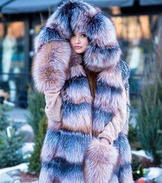 Novo post no lexeecouture Puffer Coat With Fur, Long Fur Coat, Pull Mohair, Chinchilla Fur, Fox Coat, Diy Fashion Hacks, Fabulous Furs, Fur Fashion, Warm Coat