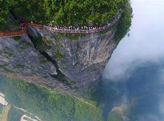 Çin-deki cam köprü çılgınlığında son adım: Tianmen dağının zirvesini çevreleyen patika.