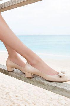 Ferragamo(フェラガモ)のシューズは、誰が履いても足がほっそり、美しく見えるのが魅力です。足首から甲のラインがスッキリ見えます。
