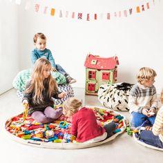 Le sac - tapis de jeu losange rose Play & go, est à la fois astucieux et pratique. Fini les jouets qui trainent partout, il sert à la fois de tapis de jeu mais aussi de sac de rangement.