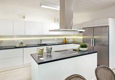 Sädehtivän kaunis ja kuulas koti. Ihania yksityiskohtia, jotka ovat oikeaa arjen luksusta! Keittiön valkoiseen yleisilmeeseen upeaa kontrastia tuovat rosteriset kodinkoneet sekä marmoria jäljittelevät laminaattityötasot. Sama tyylikäs ja harmoninen ilme jatkuu läpi koko kodin. Kohde 5 Käpylä, keittiön ovimalli Säde SD10M puhdas valkoinen. New Homes, Kitchen Ideas, Table, Furniture, Home Decor, Kitchens, Decoration Home, Room Decor, Home Furniture