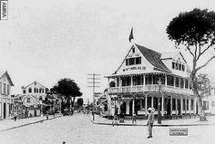 Kantoor gebouw van de West Indian Oil Company en het woonhuis van de directeur Da Costa. Later ging deze maatschappij op in de ESSO.Beneden bij de Bodega van de CHM stond de eeste SHELL pomp (1890-1910)