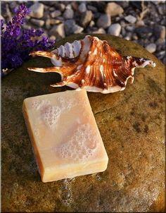 Jabón hecho a mano en una piedra con una concha