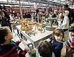 Crianças interagem com brinquedos em exposição do Sesc Pompeia