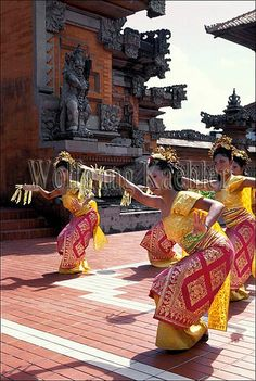 Indonesia, bali, girls in traditional dress, dance - Pendet dance
