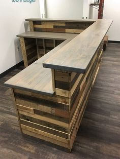 Wooden pallets L-shape desk / counter and bar table # Hol .- Holzpaletten L-Form Schreibtisch / Theke und Stehtisch # Holzpaletten … Wooden pallets L-shape desk / counter and bar table # Wooden pallets - Coffee Shop Design, Cafe Design, Küchen Design, House Design, Design Ideas, Pallet Desk, Pallet Counter, Wood Desk, Wood Counter