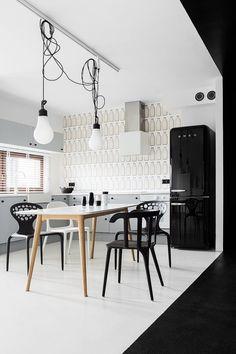 Kühlschrank Design-schwarz Hochglanz-Essbereich Stühle Wandtapeten mit Mustern
