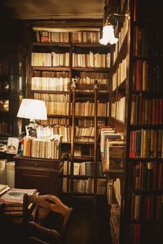 """shevyvision: """" """"In a good bookroom you feel in some mysterious way that you are absorbing the wisdom contained in all the books through your skin, without even opening them."""" Mark Twain this librairie. Beautiful Library, Dream Library, Library Books, Book Aesthetic, Aesthetic Pictures, Home Libraries, Book Nooks, My New Room, Architecture"""