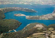 """En bas à gauche, un """"barrage"""" dans un méandre de l'Aulne, il s'agit du moulin à mer du Folgoat. La mer remonte l'Aulne et remplit la réserve d'eau au delà des murs du moulin."""