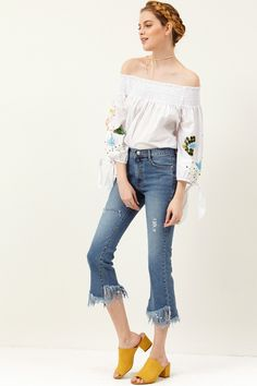 kristanna Frayed Cropped Jeans Discover the latest fashion trends online at storets.com #jeans #bottoms #denimjeans #frayedjeans #destroyedjeans #fashion #ootd #storetsonme