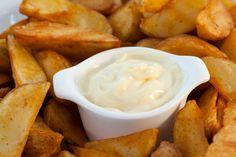 Es ist nicht nur sehr einfach, Mayo ohne Ei selbstzumachen, sondern auch billiger und garantiert frei von Cholesterin und Salmonellen. Mit ein paar Zutaten geht es ganz schnell.