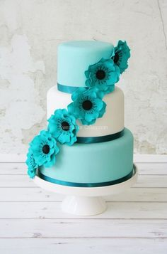 Love the bright #blue row of flowers cascading down the #wedding #cake