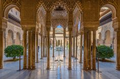 """AlhambraL'Alhambra è un complesso palaziale andaluso a Granada. Etimologicamente, Alhambra in arabo è """"al-Ḥamrā'"""" (la Rossa, Arabo الحمراء), dal momento che il suo nome intero era Qalʿat al-ḥamrāʾ (Cittadella rossa)."""