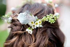 Swooning over this simple floral and feather crown/headpiece. Via Style Me Pretty // Photography: Amanda Bevington Modern Photography // Event + Floral Design: Inviting Occasion Simple Flower Crown, Simple Flowers, Flowers In Hair, Wax Flowers, Pink Flowers, Best Wedding Hairstyles, Trendy Hairstyles, Wedding Fotos, Feather Crown