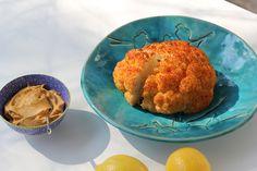 Pieczony kalafior z sosem z tahini