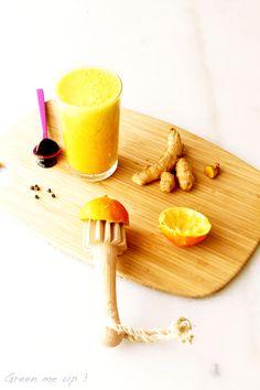 La boisson détox au curcuma frais : 1 phalange de curcuma frais, 1 petit tronçon de gingembre frais, 1 petite branche de céleri 1 pomme, 2 grains de poivre noir 1 cuillère à soupe de purée d'amandes, le jus d'1 citron.  Boire aussitôt.