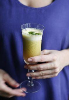 Broccoli Juice!?!   1 orange, 1 apple, 1 kiwi, 1 handful of broccoli, 2 cm fresh ginger,  2 tbsp linseed oil, and ice cubes.