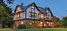 富麗加州陽光 1232 Bay St., Alameda, California 在建築設計師Julia Morgan於1919年設計了轟動一時的,面積達90,000平方呎的巨作Hearst古堡之前,她設計的其它住宅項目早已遍佈加州,其中就包括這幢擁有8間臥室和4.5個浴室的都鐸王朝復興式建築。豪宅內有富麗堂皇的客廳、日光廳和休憩陽臺,房間內處處都是明亮美麗的高大玻璃窗。 Offered at: US $2,375,000