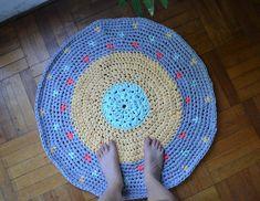 Alfombra circular de trapillo con triángulos de colores tejidos con la técnica tapestry. Forma Circular, Knit Crochet, Rugs, Knitting, Home Decor, Circle Rug, Cotton Canvas, How To Knit, Trapillo