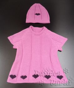 Vestidito tejido con lana y corazones bordados. Tejido a máquina.