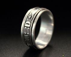 Ein Geschenk für Ihren Liebsten: Ring Trilogía Inca  Der Silberring besteht aus zwei Teilen, wobei der innere Ring beweglich in dem äußeren sitzt.  Dargestellt sind auf dem inneren Ring die Triologie der Inka mit: Kondor, dem Puma und der Schlange.
