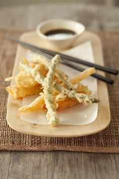 Tempura is a deep fried seafood or vegetable and this snack is very popular in Japan. It was introduced to Japan by the Portuguese in the m. I Love Food, A Food, Food And Drink, Tempura Recipe, My Favorite Food, Favorite Recipes, Asian Cooking, Sashimi, Vegetable Recipes