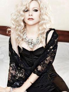 """Avril Lavigne em clipe da musica """"Goodbye""""."""