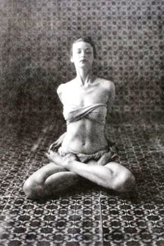 1946, Dorian Leigh practicing yoga in New York, America (vintage yoga photo)