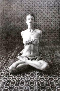 Haute bound lotus or psychic union pose (baddha padmasana) - {Dorian Leigh - Yoga (D), New York, 1946 Irving Penn} Yoga Meditation, Yoga Positionen, Yoga Dance, Namaste Yoga, Ashtanga Yoga, Asana, Yoga Inspiration, Ayurveda, Dorian Leigh
