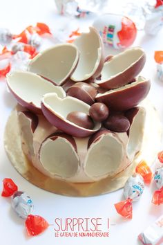 """""""Surprise !"""" Le gâteau au kinder et shokobons de non-anniversaire !  http://www.quiavolelestartes.com/surprise-le-gateau-kinder-de-non-anniversaire-sans-gluten/"""
