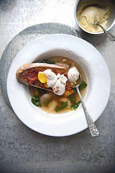 Sopa de ajo y espinacas con huevos pochados de faisán y 'Nduja en pan tostado