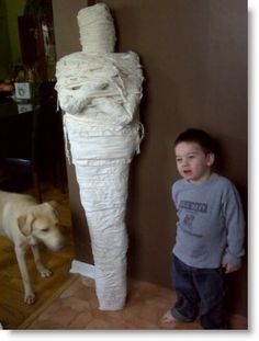 Holidays ❀⊱ℍalloween Decorations⊰❀ how to make a life size mummy using recycled stuff! way cheaper than other versions out there. Noche Halloween, Adornos Halloween, Halloween 2019, Holidays Halloween, Halloween Crafts, Happy Halloween, Halloween Decorations, Homemade Halloween, Halloween Stuff