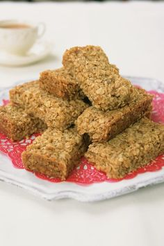If you're looking for an easy-to-bake flapjack recipe, look no further than this delicious golden flapjacks recipe by star baker, Mary Berry. Healthy Flapjack, Flapjack Recipe, Tray Bake Recipes, Baking Recipes, Dessert Recipes, Mary Berry Flapjack, Mary Berry Tray Bakes, Biscuit Recipe, Sweet Recipes