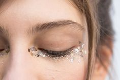 Maquillage paillettes pour souligner le regard  Pour plus d'astuces beauté, rendez-vous sur notre site ( https://www.beautiful-box.com/ ) et page facebook ( https://www.facebook.com/chaineBeautifulbyaufeminin )