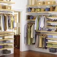 Inloopkast met houten planken en opbergdozen. Heb je veel verschillende tassen? Maak er dan een mooie plank voor in je inloopkast waar je ze uit kunt stallen. Zo kies je bovendien snel de tas die die dag het beste bij je outfit past!