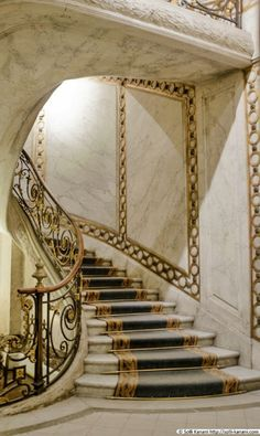 This kind of open staircase is undeniably a powerful design theme. Luxury Staircase, Open Staircase, Staircase Railings, Grand Staircase, Staircase Design, Stairways, Stair Elevator, Antique Furniture Restoration, Beautiful Stairs