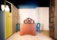 An Apartment In Paris Featuring Pieces From The History Of Design: French Metal Rack by Marcante – Testa Architetti Family Apartment, Apartment Interior, Apartment Living, Cabinet D Architecture, Architecture Interiors, Modern Interiors, Peach Walls, Turbulence Deco, Metal Rack