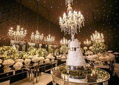 """Maristela Amaral e Rogério Oliveira disseram o """"sim"""" em um casamento em Minas Gerais. A noiva usou acessórios assinados por Thais Vilela."""