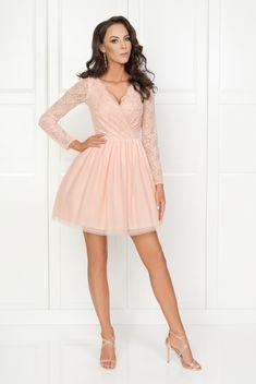 Bella_brzoskwiniowa tiulowa sukienka z gipiura i dlugim rekawem. Sukienka posiada kopertowy dekolt dzięki czemu pasuje na większy biust. Sukienka na wesele Dresses With Sleeves, Bella, Long Sleeve, Fashion, Moda, Full Sleeves, La Mode, Gowns With Sleeves, Fasion