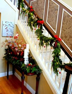 one day I will have an open staircase to decorate at Christmas...