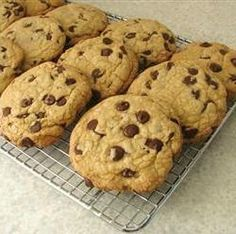 This delicious paleo chocolate chip cookies recipe is gluten free, dairy free and egg free. The paleo cookies soft, thick, chewy and made with almond flour. Paleo Chocolate Chip Cookie Recipe, Chocolate Chip Cookies Rezept, Paleo Chocolate Chips, Paleo Cookies, Honey Chocolate, Healthy Chocolate, Shortbread Cookies, Chocolate Ganache, Paleo Dessert