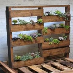 Wood Pallet Planter Box - See more Wood Pallet Ideas at http://wiselygreen.com/29-wood-pallet-project-ideas-for-the-creative-diyer/