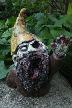 Esto es fantastico, quiero uno para el balcón!  Groundbreaker Zombie Gnome