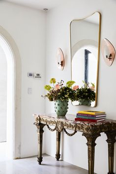 Tamsin Johnson creates distinctive interiors, styling with unique furniture pieces to create spaces that are eclectic and refined. Grand Entryway, Entryway Console, Entrance Foyer, Entryway Lighting, Entryway Decor, Foyer Colors, Marble Console Table, Entry Way Design, Tall Ceilings